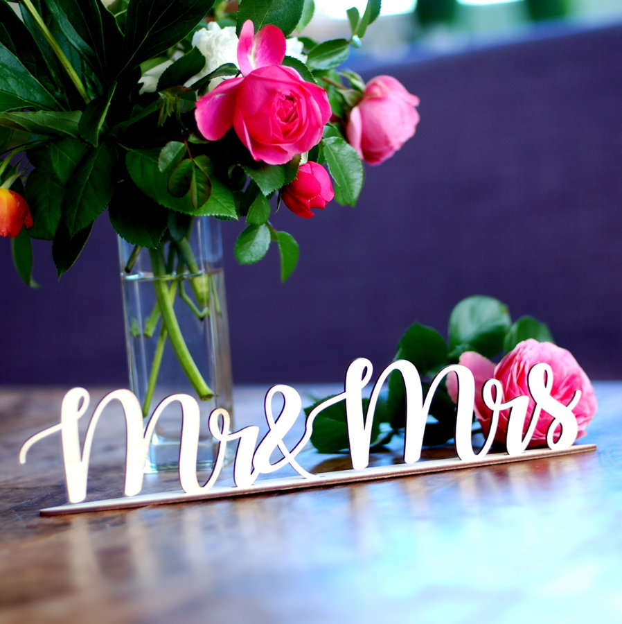 Uzraksts Mr&Mrs ar statīvu
