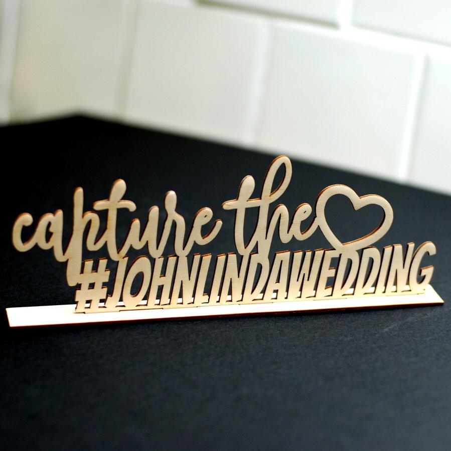 Hashtag uzraksts ar stendu