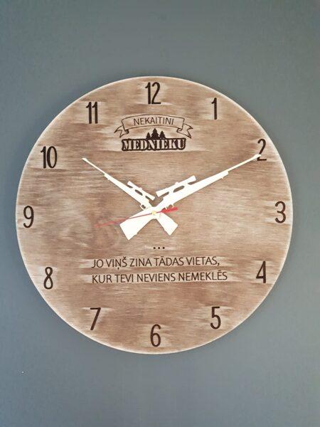 Koka sienas pulkstenis medniekiem