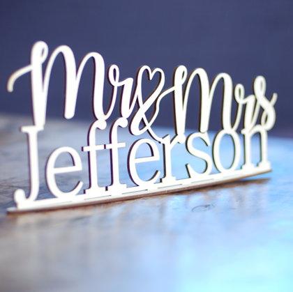 Uzraksts Mr & Mrs ar uzvārdu